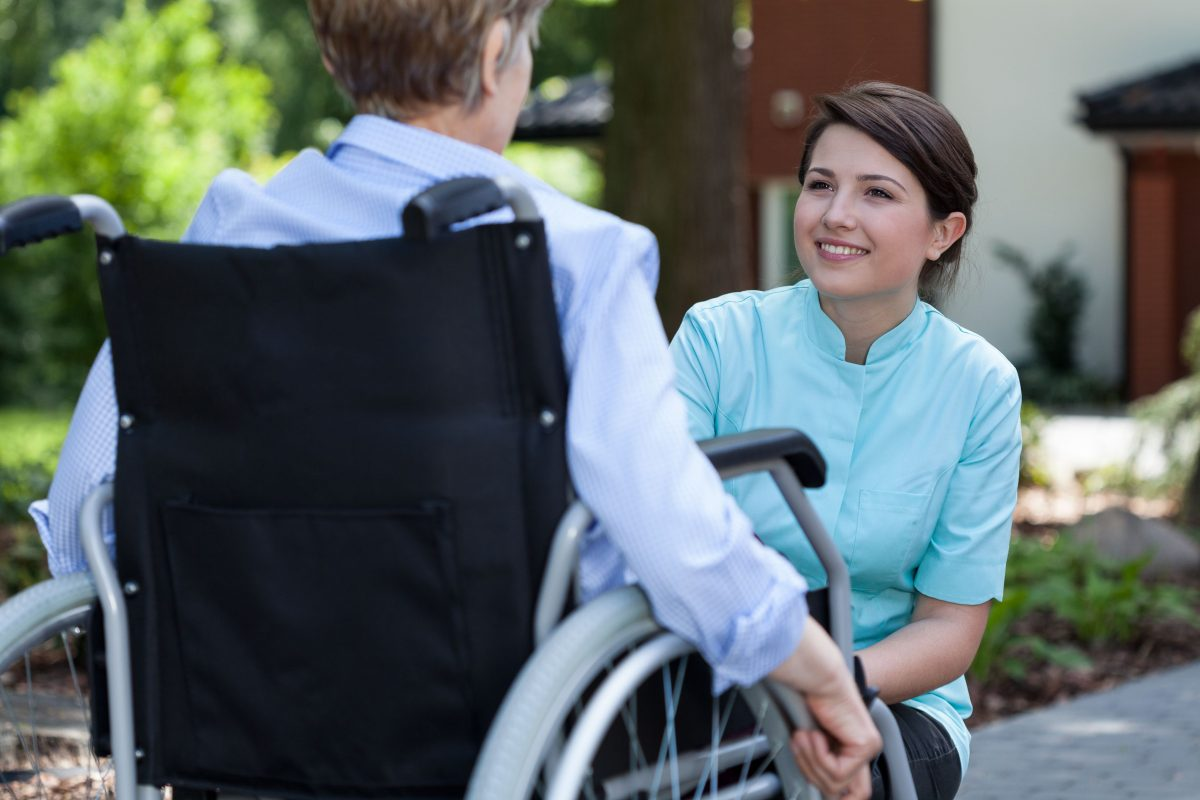 bolnav-imobilizat-scaun